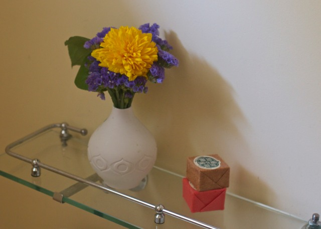 bathroom-flowers