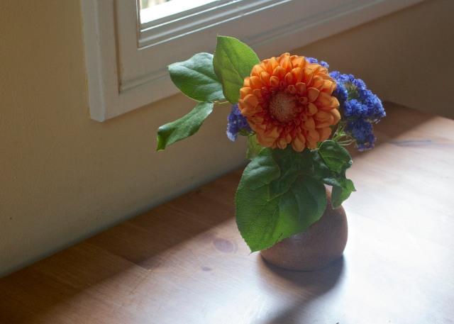 breakfast-nook-flowers